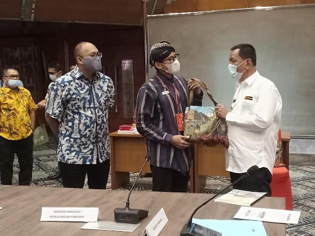 Menteri Pariwisata dan Ekonomi Kreatif RI, Sandiaga Uno, Datang Ke Pessel Bertemu Bupati Rusma Yul Anwar.