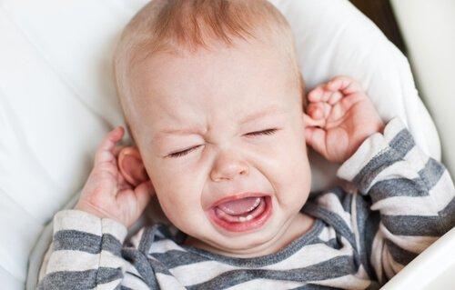 bebe-pleure-a-cause-des-douleures