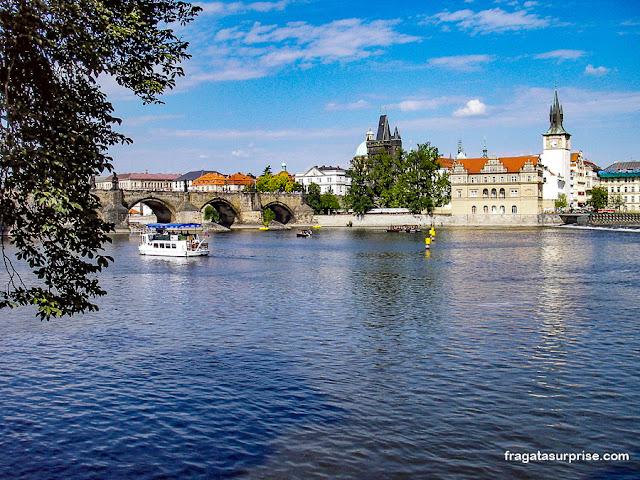Praga: Ponte Carlos e bairro de Novotného Lávka vistos da Ilha de  Kampa