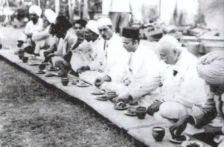 శ్రీమత్ భాగోజిసేథ్ కీర్ నిర్వహించిన సామూహిక భోజనాలు, రత్నగిరి, 2 May 1938, సావర్కర్ తో సహా వేయి మంది పైగా పాల్గొన్నారు.