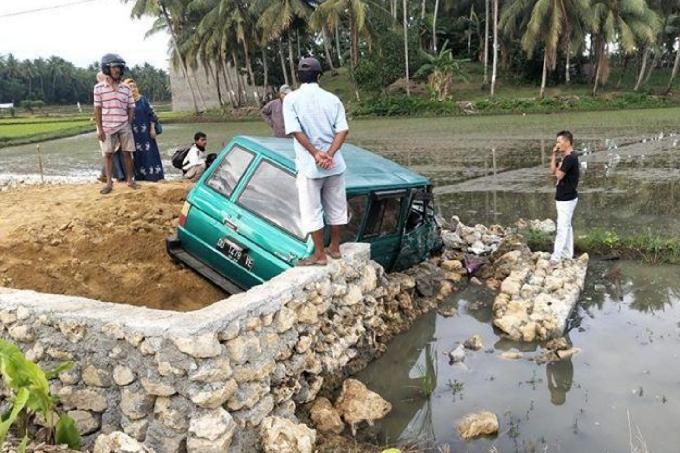 Mobil Terguling di Bone Usai Tabrak Tumpukan Pasir di Pinggir Jalan