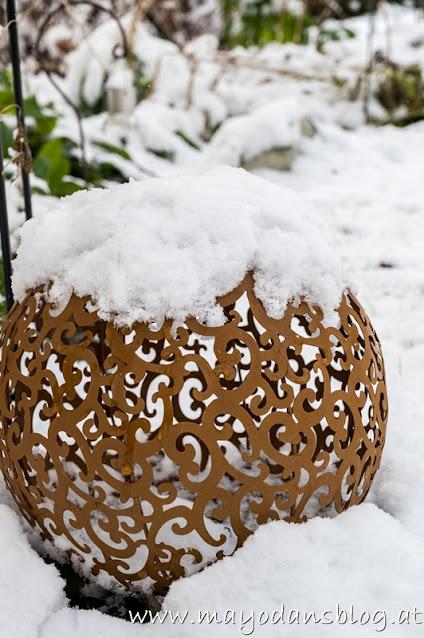 Gartenkugel mit Schnee