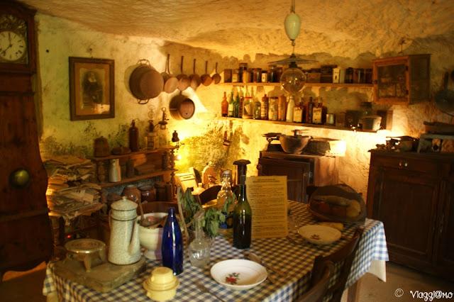 L'interno della casa monolitica del parco preistorico di Grotte du Roc de Cazelle