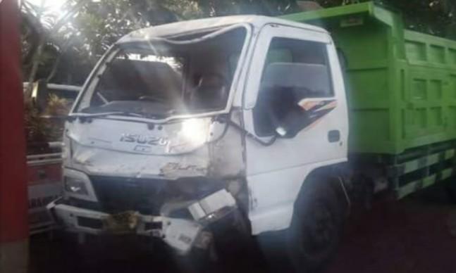 Indikatormalang.com - Kecelakaan memilukan terjadi di jalan raya Kedok Turen, Minggu (10/4/17).  Tabrakan maut terjadi antara pengendara motor Vario dengan sebuah dump truk. Satu korban meninggal, seorang gadis bernama Falinda Asrofin Nikmah (22).   Korban meninggal di rumah sakit, satu jam setelah kejadian. Korban merupakan mahasiswa Universitas Brawijaya Malang yang berasal dari Tambakrejo Jombang.  Sementara Febri Ira Ramadhani (23) teman korban yang diboceng saat kejadian mengalami luka parah.  Saat ini sedang di rawat di salah satu rumah sakit di Turen. Febri merupakan teman satu kampus korban dan berasal dari Magersari Mojokerto.  Menurut keterangan dari beberapa saksi mata di lokasi kejadian. Saat itu dump truk dyang dikemudikan oleh Slamet (45) warga Pronojiwo Lumajang dalam keadaan kosing melaju dengan kencang dan terkesan ugal-ugalan.   Pada saat itu, Slamet berusaha mendahului mobil truk yang ada di depannya. Namun naas di saat bersamaan dari arah selatan muncul motor yang dikendarai korban. Tabrakan pun tak terelakkan. Koban bersama sepeda motornya terseret sejauh 10 meter.  Laju dump truk baru berhenti setelah menabrak tiang telpon di depan sebuah warung. Pengemudi motor tergencet di bawah truk sementara temannya terpental dan kritis.