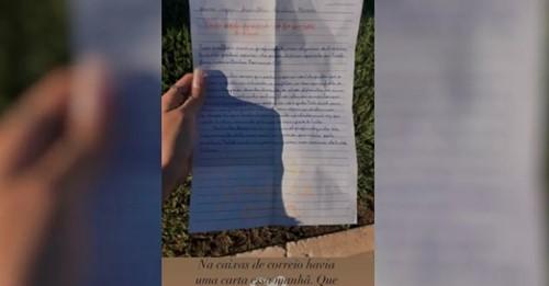 Jovens da igreja escrevem cartas com mensagens de apoio a pessoas em isolamento