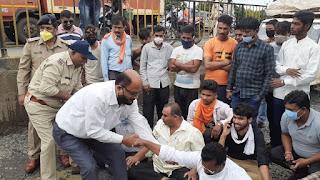 पीथमपुर सर्विस रोड के गड्ढे में बाइक सहित गिरे कांग्रेसी नेता