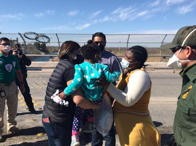 OPI's del INM entregan, a su mamá, a la menor de nacionalidad chilena rescatada en las aguas del río Bravo