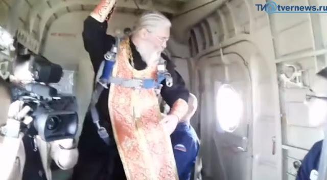 Руски свещенник извърши ритуал срещу пиянство на отворена врата в самолет (ВИДЕО)