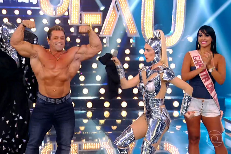 Fernando Sardinha mostra músculos no palco do Amor & Sexo. Foto: Reprodução