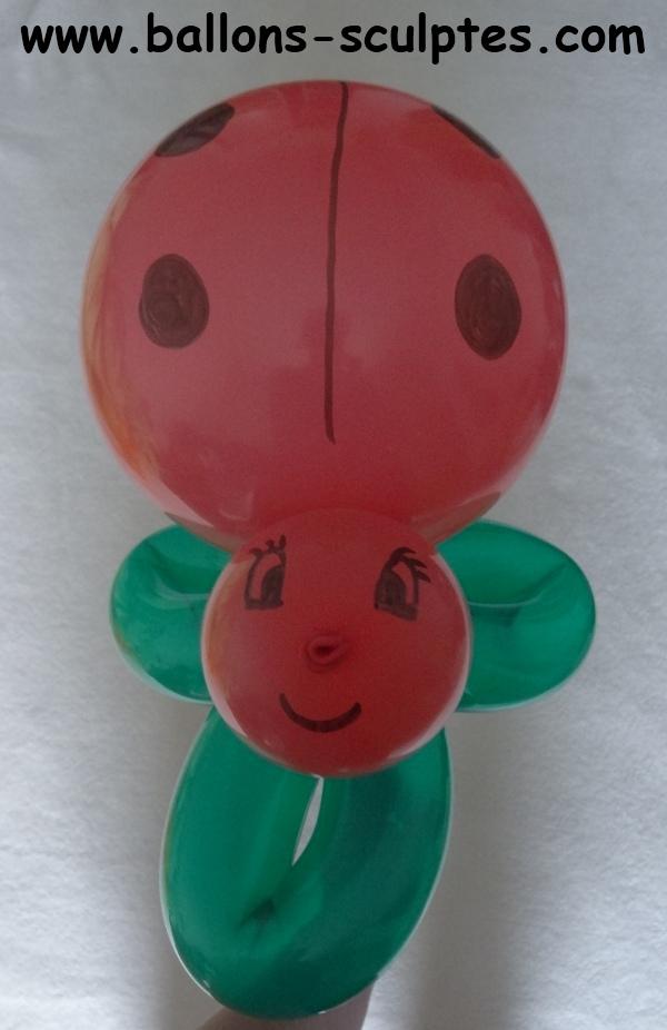 ballons sculpt s coccinelle en ballon sur un tr fle. Black Bedroom Furniture Sets. Home Design Ideas