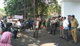 warga terdampak blasting pt tss protes di depan gedung dprd