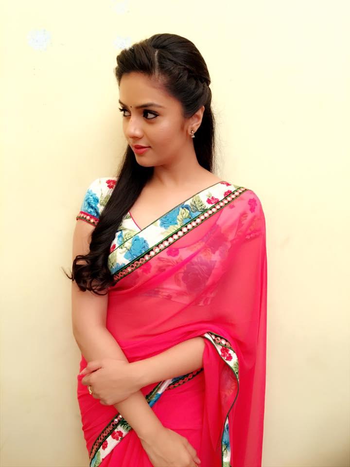 Anchor Sree Mukhi Spicy Hip Navel Photos In Pink Saree