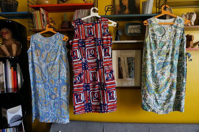 des robes à gogo : paisley , géométrique , floral .   70s shift dresses