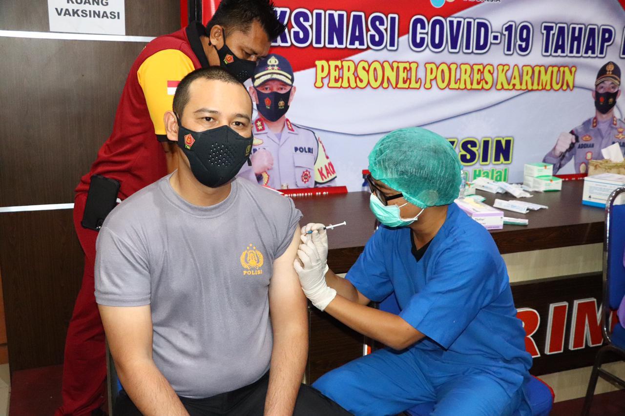 Bupati Menyaksikan Vaksinasi Covid-19 Anggota Polres Karimun