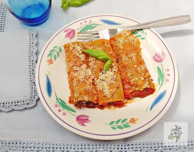 Canelones veganos con espinacas y crema de tomate.