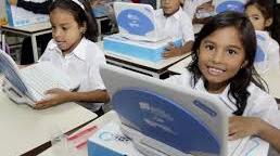 Canaimas y uniformes ofrece el gobierno nacional a los estudiantes