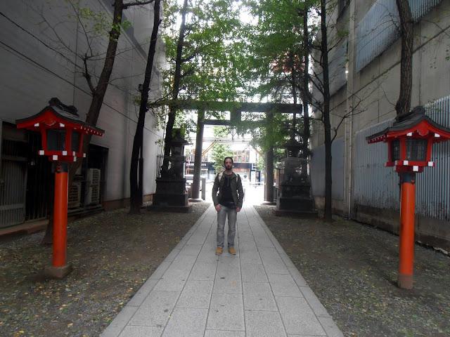Calle peatonal con farolillos tradicionales japoneses que lleva al Hanazono Jinga desde Yasukuni Dori