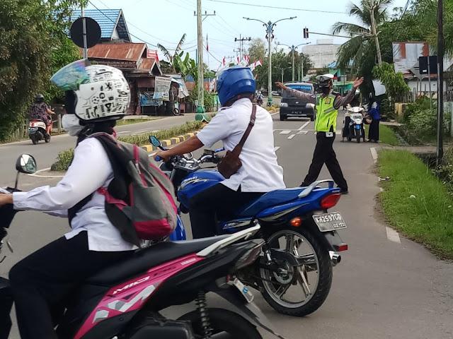 Personel Satlantas Polres Barsel Laksanakan Gatur Lalin Ajak Pengendara Patuhi Prokes