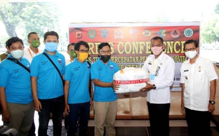 Himpunan Alumni IPB Subang Berikan Bantuan Baju Hazmat