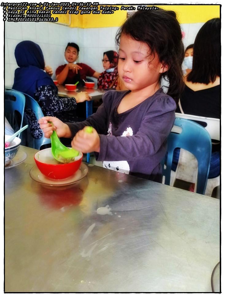 Aksi Aina makan cendol di Restoren Ansari Famous Cendol (Taiping) di Perak di Malaysia