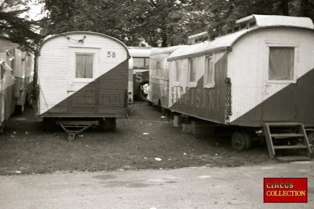plusieurs roulottes d'habitations du cirque Allemenad de Fritz May