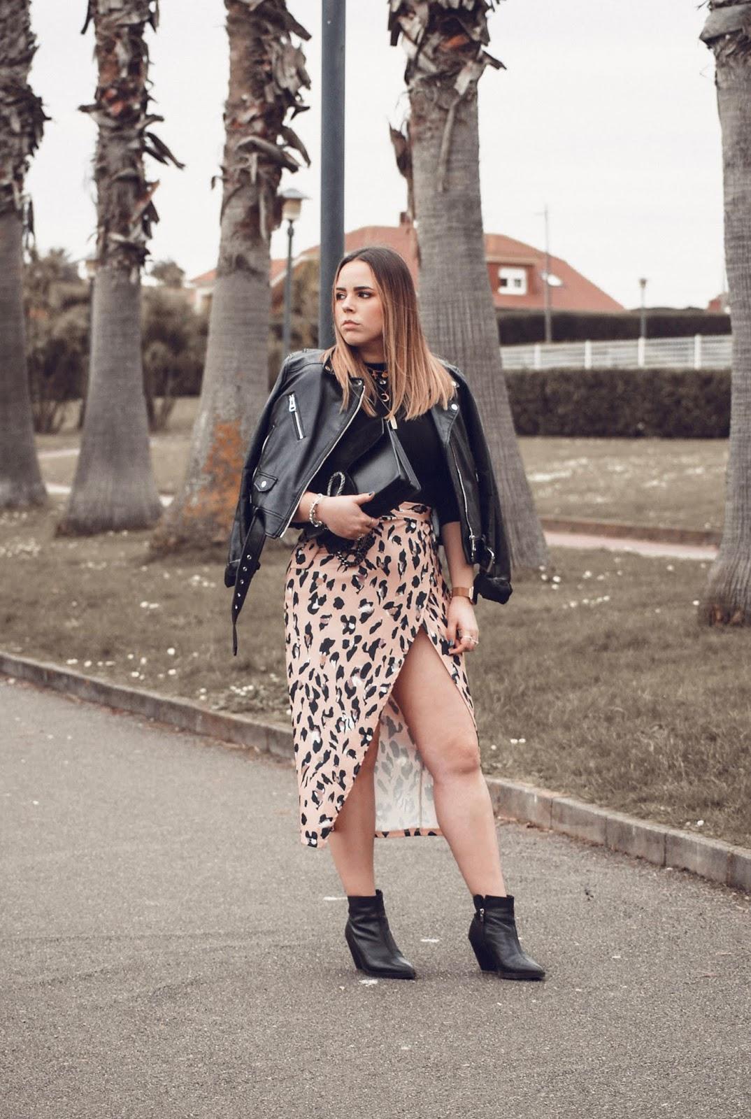 Outfit con falda de leopardo