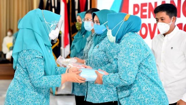 Ketua TP PKK Sumut Nawal Lubis menyerahkan masker kepada Ketua TP PKK Kabupaten/kota sebagai tanda dimulainya gerakan pembagian 5 juta masker, di Posko GTPP Covid-19 Sumut Jl. Jend. Sudirman Medan, Jumat (14/8).