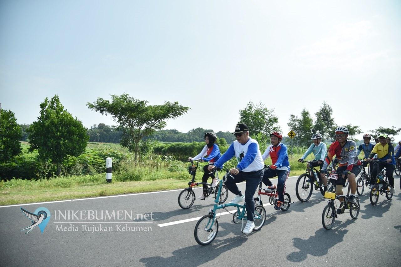 Susuri Jalan di Urutsewu, Bupati Kebumen Gowes Bareng Ribuan Warga