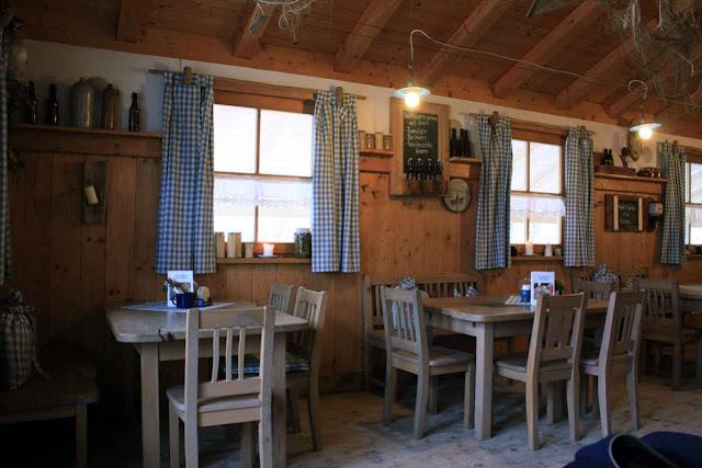 Die gemütlich-rustikale Einrichtung der Fischerhütte überrascht uns dann doch © Copyright Monika Fuchs, TravelWorldOnline