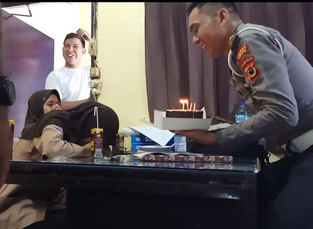 Salah Satu Pelanggar Lalin di Sinjai Dapat Kado Ulang Tahun dari Petugas Lantas