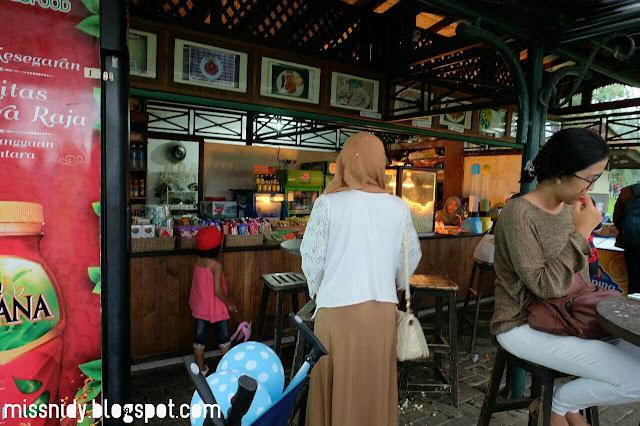 kedai makanan di taman bunga nusantara