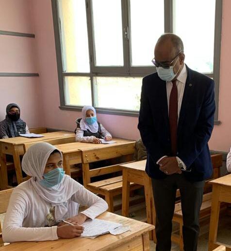 وكيل تعليم الفيوم يقوم بجولة ميدانية لمتابعة انضباط الامتحانات وتطبيق الإجراءات الاحترازية بمدارس غرب