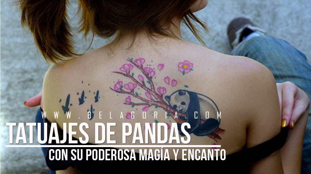 Chica de espaldas, lleva un tatuaje de oso panda