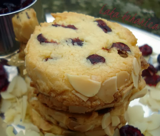 Almond and cranberry shortbread by Laka kuharica: the ultimate, melt-in-your-mouth cookie.