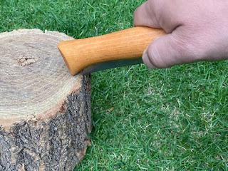 ナイフが開かなくなったら、ハンドルの底部を打ち付ける