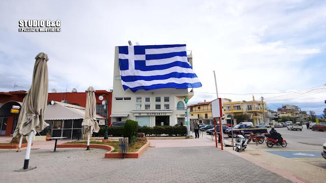 Ελληνική σημαία τεραστίων διαστάσεων στη Νέα Κίο Αργολίδας (βίντεο)