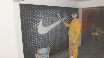 Artystyczne malowanie ściany farbami uv świecącymi w ciemności,