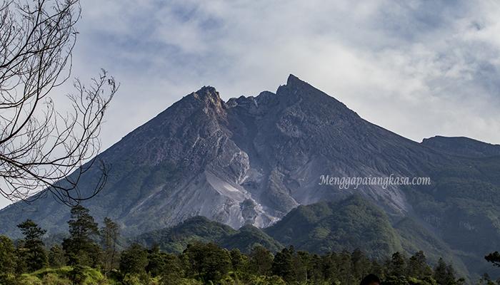 Puncak Gunung Merapi Dilihat dari Kali Talang