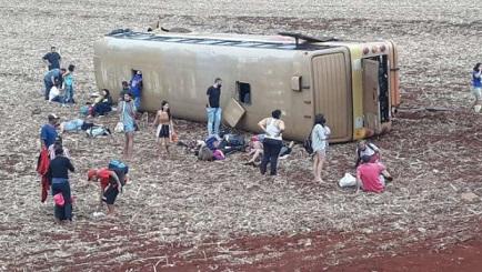 Acidente na BR-369, perto de Ubiratã - PR, ônibus de turismo tomba e fere pelo menos 30 pessoas (vídeo).