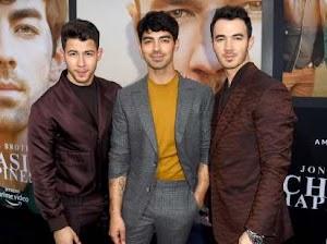 Setiap Boyband Harus Berpakaian Seperti Jonas Brothers
