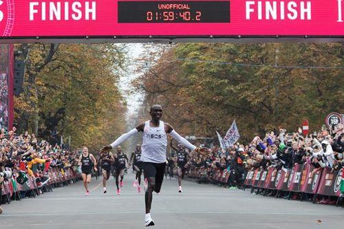 Элиуд Кипчоге «потратил» на марафон меньше 2-х часов!