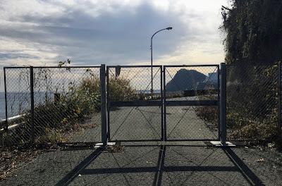 浜当目トンネル旧道をふさぐフェンス
