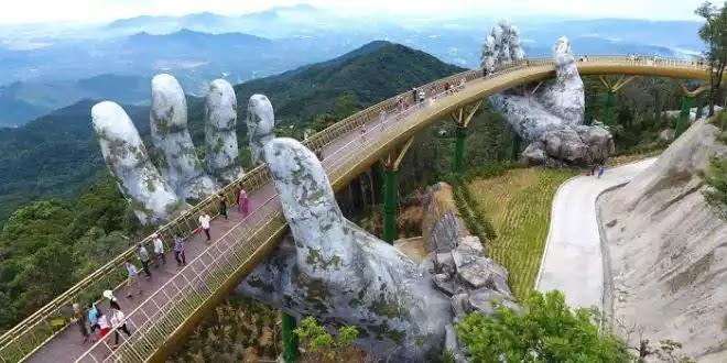 Μια γέφυρα που την «αγκαλιάζουν» δυο χέρια