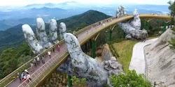 Μία γέφυρα έξω από το Ντα Νανγκ στο Βιετνάμ, εντυπωσιάζει τους επισκέπτες με το κομψό σχεδιασμό της – φαινομενικά κρατιέται ψηλά από δύο γι...