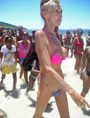 Lustige Strand Bilder - Oma im Bikini ekelhaft