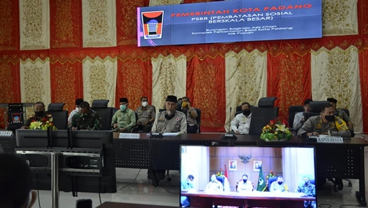 Wali Kota Padang Mahyeldi dan Wakil Wali Kota Hendri Septa bersama unsur Forkopimda, pimpinan OPD terkait dan seluruh camat se-Kota Padang mengikuti vicon terkait perpanjangan masa PSBB tersebut dari Aula Bagindo Aziz Chan, Balai Kota Padang.