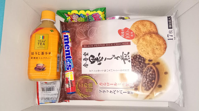 Widoczna herbata, krakersy i mentosy