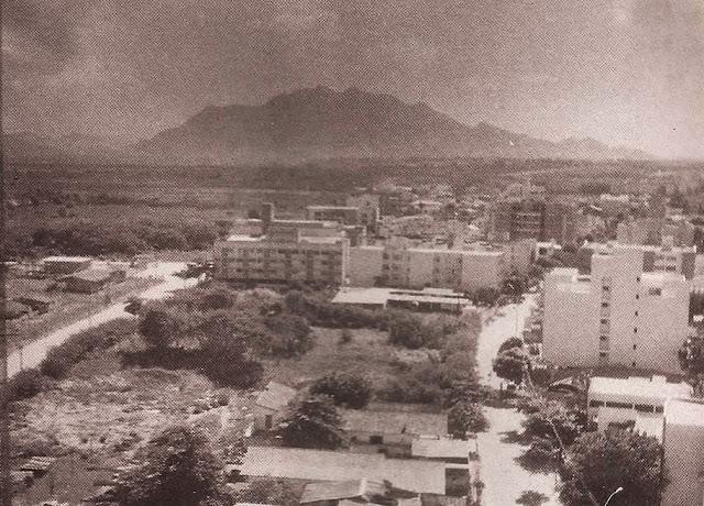 Foto 7 - A silhueta do Mestre Álvaro vista a partir da BR-101 Norte. Foto do autor, junho de 1995.