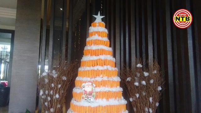 Unik, Pohon Natal Terbuat Dari Buah Jagung