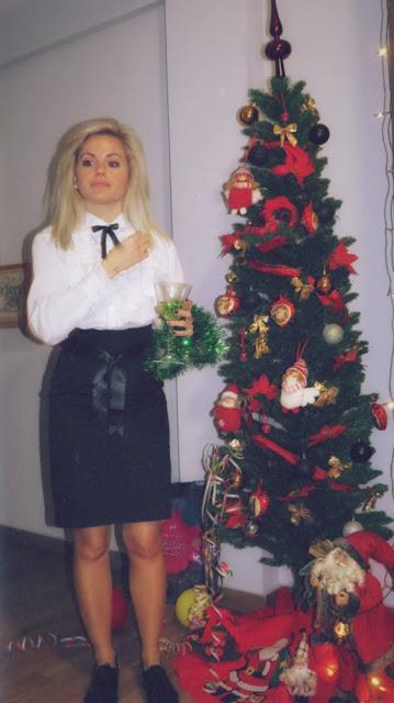 Alejandra Colomera con camisa blanca con blondas, falda tubo negra y lacito de raso en el cuello